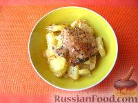 Фото к рецепту: Запеченный картофель с куриными бедрышками (в рукаве)