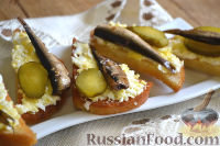 Фото к рецепту: Бутерброды со шпротами, яйцом и огурцами