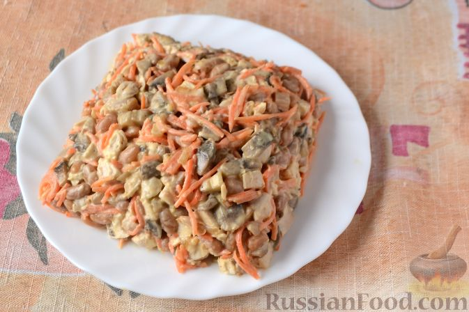 Салат с фасолью и грибами корейской морковью и