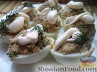 Фото к рецепту: Фаршированные яйца с рыбными консервами