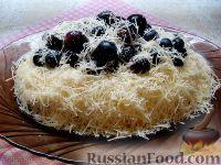 """Фото к рецепту: Салат """"Первый снег"""", с курицей, сыром и виноградом"""