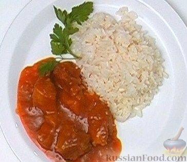 Фото приготовления рецепта: Салат с консервированной фасолью, кукурузой, сухариками и зеленью - шаг №3