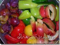 Фото приготовления рецепта: Консервированные баклажаны с овощной икрой и сливами - шаг №2