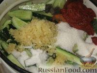 Фото приготовления рецепта: Огурцы в остром томатном соусе - шаг №4