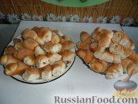 Фото к рецепту: Дрожжевые рогалики с вареной сгущенкой и с корицей