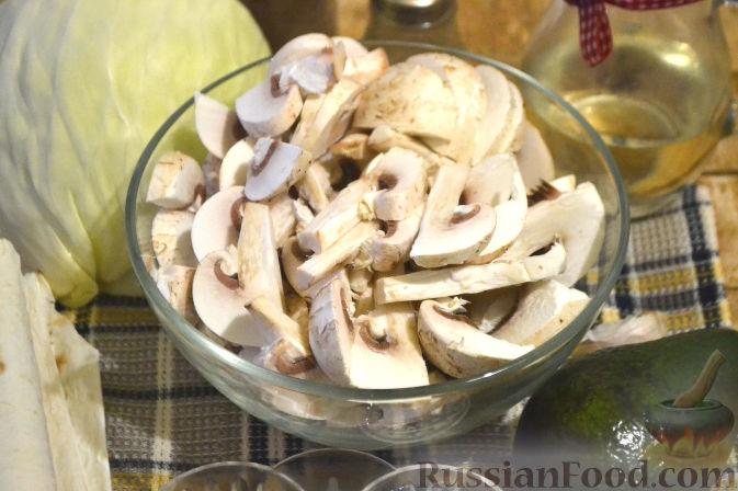 Фото приготовления рецепта: Рулет из лаваша с грибами и авокадо - шаг №2