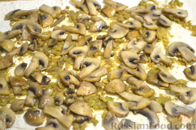 Фото приготовления рецепта: Рулет из лаваша с грибами и авокадо - шаг №8
