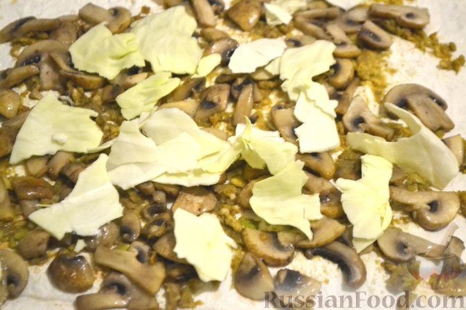 Фото приготовления рецепта: Рулет из лаваша с грибами и авокадо - шаг №9