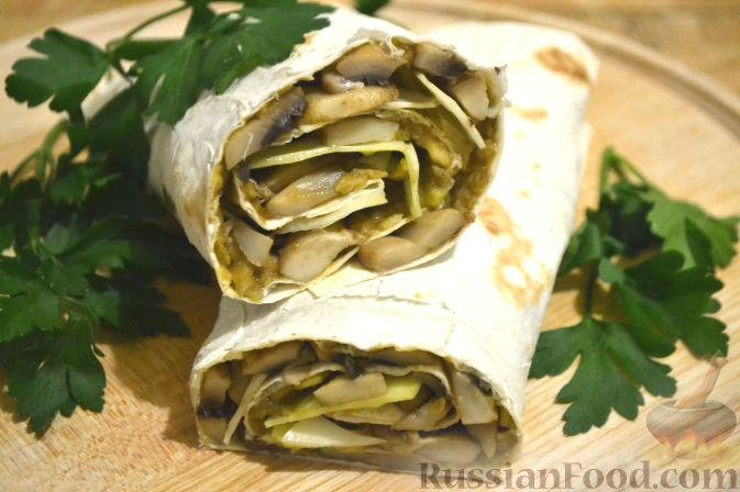 Фото приготовления рецепта: Рулет из лаваша с грибами и авокадо - шаг №10