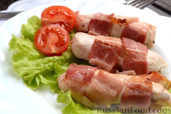 Фото приготовления рецепта: Слоёный салат с копчёной курицей, картофелем, морковью, свёклой и черносливом - шаг №15