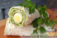 Фото к рецепту: Рулет из лаваша с сыром, горошком, паштетом из индейки и перепелиными яйцами
