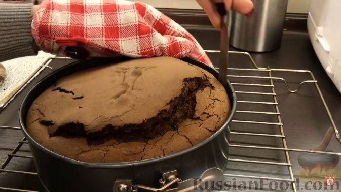 Фото приготовления рецепта: Шоколадный пирог с творожно-кокосовыми шариками - шаг №3