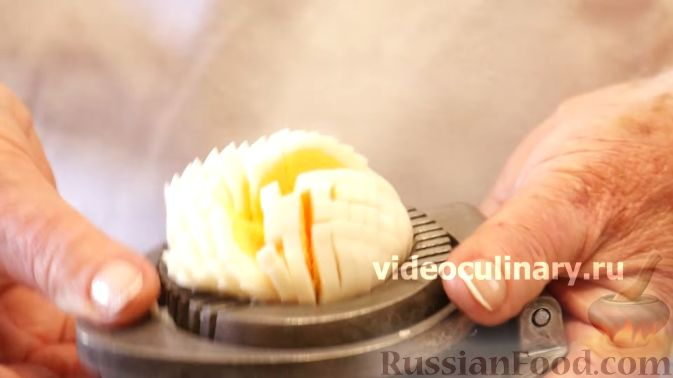 Фото приготовления рецепта: Хлебный омлет с ветчиной, помидорами и сыром - шаг №4