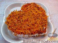 """Фото к рецепту: Слоеный салат """"Сердце"""" с рыбными консервами"""