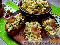 Фото к рецепту: Яичный салат с сельдереем, оливками и беконом