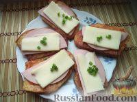 Фото к рецепту: Бутерброды горячие с колбасой и сыром