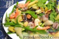 Фото к рецепту: Салат из морепродуктов, с огурцами, рукколой и оливками