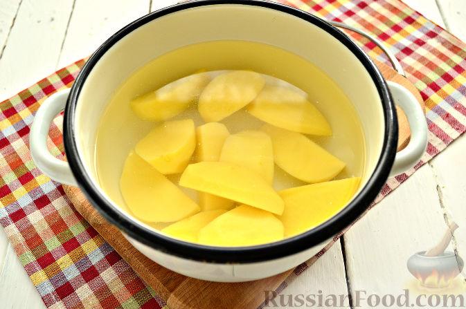 Фото приготовления рецепта: Куриный суп с картофелем и луково-мучной заправкой - шаг №16