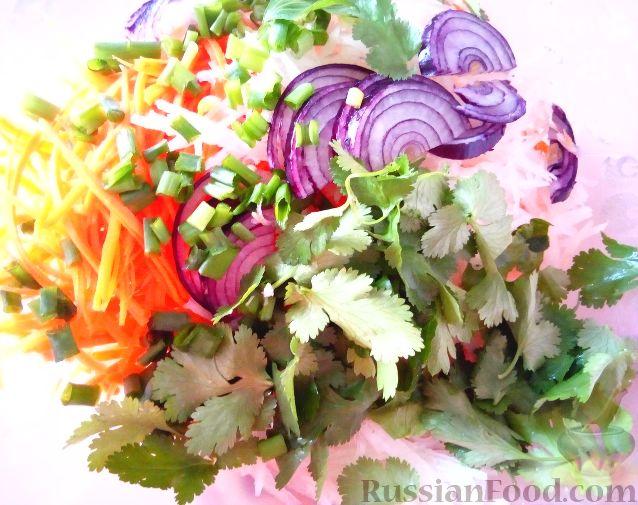 Фото приготовления рецепта: Салат из редьки с сухариками - шаг №4