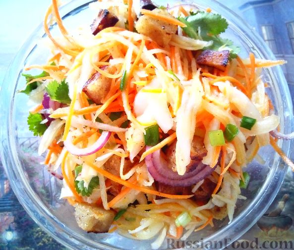 Фото приготовления рецепта: Салат из редьки с сухариками - шаг №6