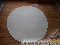 Фото приготовления рецепта: Мясной пирог из слоеного теста - шаг №9