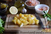 Фото приготовления рецепта: Салат с креветками, апельсинами и орехами - шаг №3