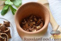 Фото приготовления рецепта: Салат с креветками, апельсинами и орехами - шаг №4