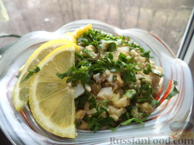 Салат с печенью трески и зеленым горошком и картофелем