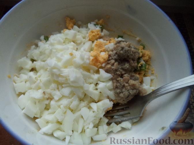 Фото приготовления рецепта: Куриные рулетики с крабовыми палочками и плавленым сыром - шаг №7