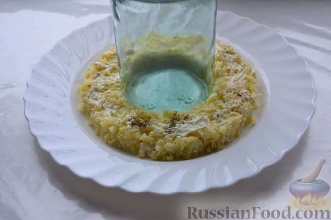 """Фото приготовления рецепта: Салат """"Гранатовый браслет"""" с курицей - шаг №11"""