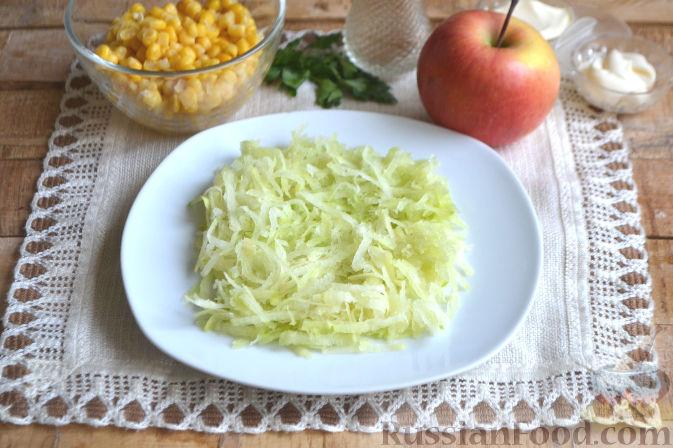 Фото приготовления рецепта: Слоеный салат из редьки, с яблоками и кукурузой - шаг №2