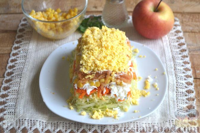 Фото приготовления рецепта: Слоеный салат из редьки, с яблоками и кукурузой - шаг №10