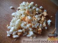 Фото приготовления рецепта: Салат из печени трески с зеленым горошком - шаг №4