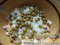 Фото приготовления рецепта: Салат из печени трески с зеленым горошком - шаг №9