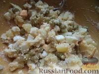 Фото приготовления рецепта: Салат из печени трески с зеленым горошком - шаг №10