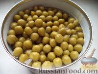 Фото приготовления рецепта: Салат из печени трески с зеленым горошком - шаг №8