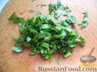 Фото приготовления рецепта: Салат из печени трески с зеленым горошком - шаг №11