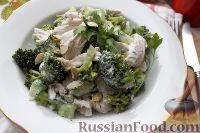 """Фото к рецепту: Салат """"На диете"""", с куриной грудкой, брокколи и огурцом"""