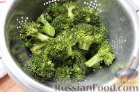 """Фото приготовления рецепта: Салат """"На диете"""", с куриной грудкой, брокколи и огурцом - шаг №3"""