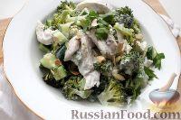"""Фото приготовления рецепта: Салат """"На диете"""", с куриной грудкой, брокколи и огурцом - шаг №6"""