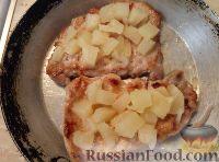 Фото приготовления рецепта: Свиные отбивные с ананасами и сыром - шаг №6
