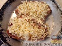 Фото приготовления рецепта: Свиные отбивные с ананасами и сыром - шаг №7