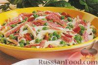 Фото к рецепту: Салат с крабовыми палочками, зеленым горошком и беконом
