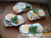 Фото к рецепту: Бутерброды с печенью трески и яйцами