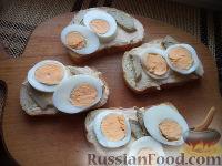 Фото приготовления рецепта: Бутерброды с печенью трески и яйцами - шаг №9