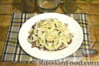 Фото приготовления рецепта: Салат из говядины, яиц и маринованных огурцов - шаг №5