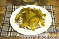 Фото приготовления рецепта: Салат из говядины, яиц и маринованных огурцов - шаг №6
