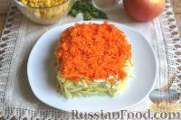 Фото приготовления рецепта: Слоеный салат из редьки, с яблоками и кукурузой - шаг №6