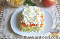 Фото приготовления рецепта: Слоеный салат из редьки, с яблоками и кукурузой - шаг №7
