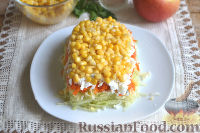 Фото приготовления рецепта: Слоеный салат из редьки, с яблоками и кукурузой - шаг №8